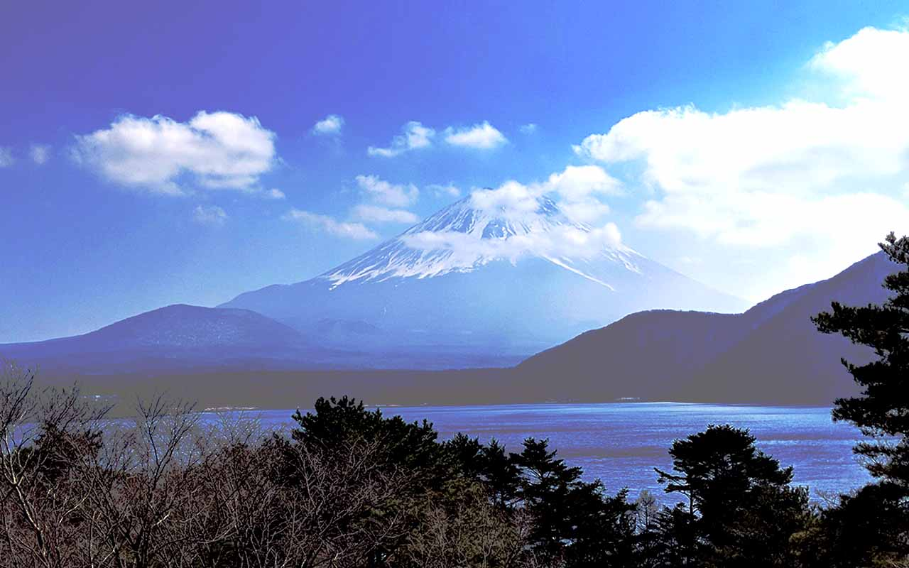 身延町、本栖湖から見える富士山